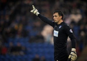 Reading have signed former Chelsea youth goalkeeper Sam Walker on a three-year deal.