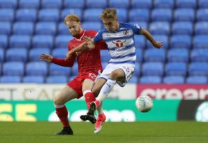 Oxford have signed striker Sam Smith from Reading on a season-long loan.