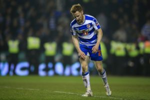 Burton have signed former Hull and Reading midfielder Stephen Quinn.