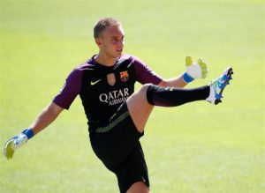 Barcelona duo Jasper Cillessen and Sergi Samper are set for spells on the sidelines after suffering injuries on the same day.