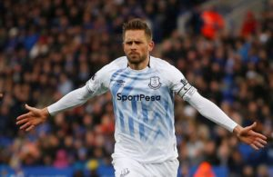 Gylfi Sigurdsson's stunning second-half goal was enough to secure Everton their first away win of the season against 10-man Leicester.