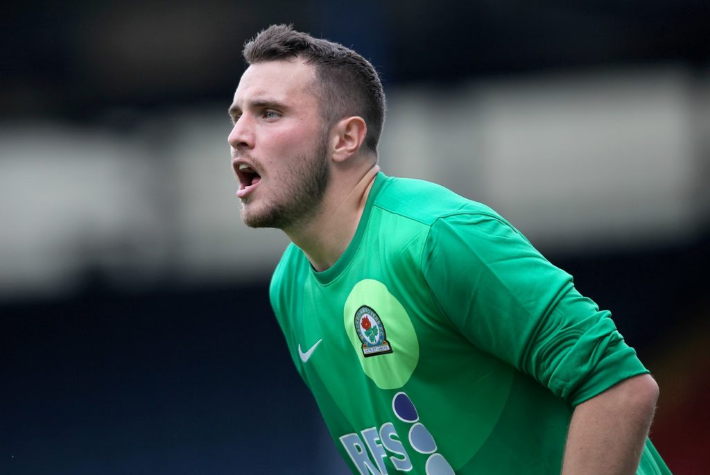 Mansfield have signed former Blackburn Rovers and Sheffield Wednesday goalkeeper Jake Kean on a one-month deal.