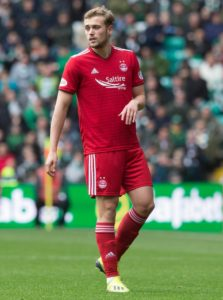 Aberdeen missed out on an automatic Europa League berth despite a 2-1 win at Hibernian on the final day of the Ladbrokes Premiership campaign.