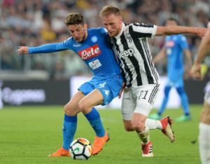 Napoli's Dries Mertens has told the club he wants to stay beyond the summer transfer window.