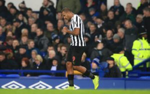 Wolves legend Steve Bull says the club should push ahead with their pursuit of Salomon Rondon.