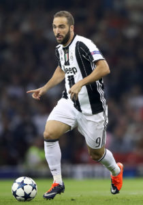 Juventus' Gonzalo Higuain is refusing to leave the club in order to fight for his place, according to reports in the Italian media.