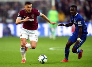 West Ham midfielder Robert Snodgrass has signed a one-year contract extension until the summer of 2021.