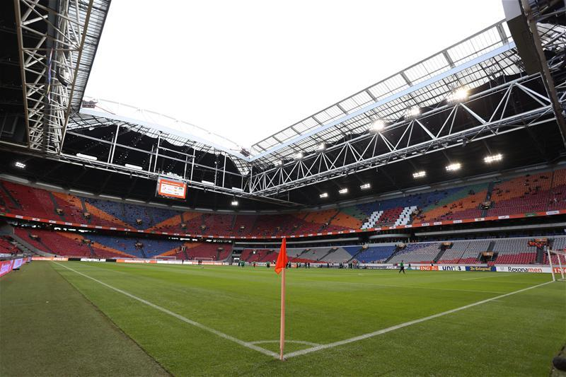 Ajax's teenage left-back Mitchel Bakker's move to Paris Saint-Germain on a four-year deal has finally been confirmed.