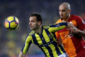 Granada have signed striker Roberto Soldado on an initial one-year contract following his departure from Turkish side Fenerbahce.