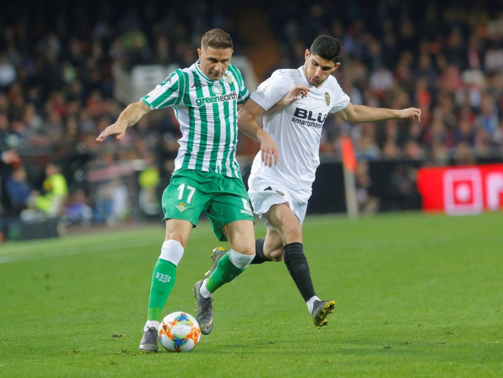 Real Betis coach Rubi says he would be more than willing to offer captain Joaquin a new contract.