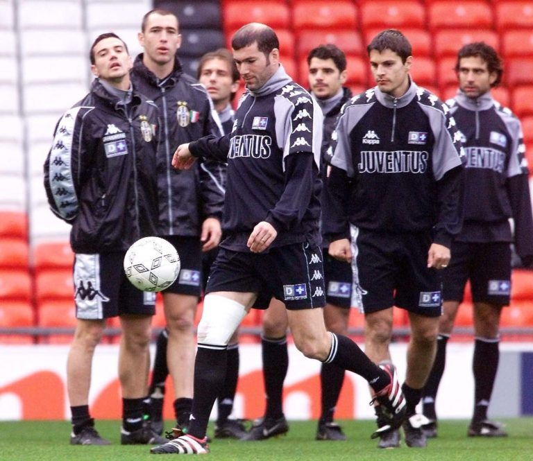 Juventus' Zinedine Zidane (front, bandaged knee) is watched by team-mates during training at Old Trafford, in preparation for their UEFA Champions League Semi-Final first-leg football match against Manchester United