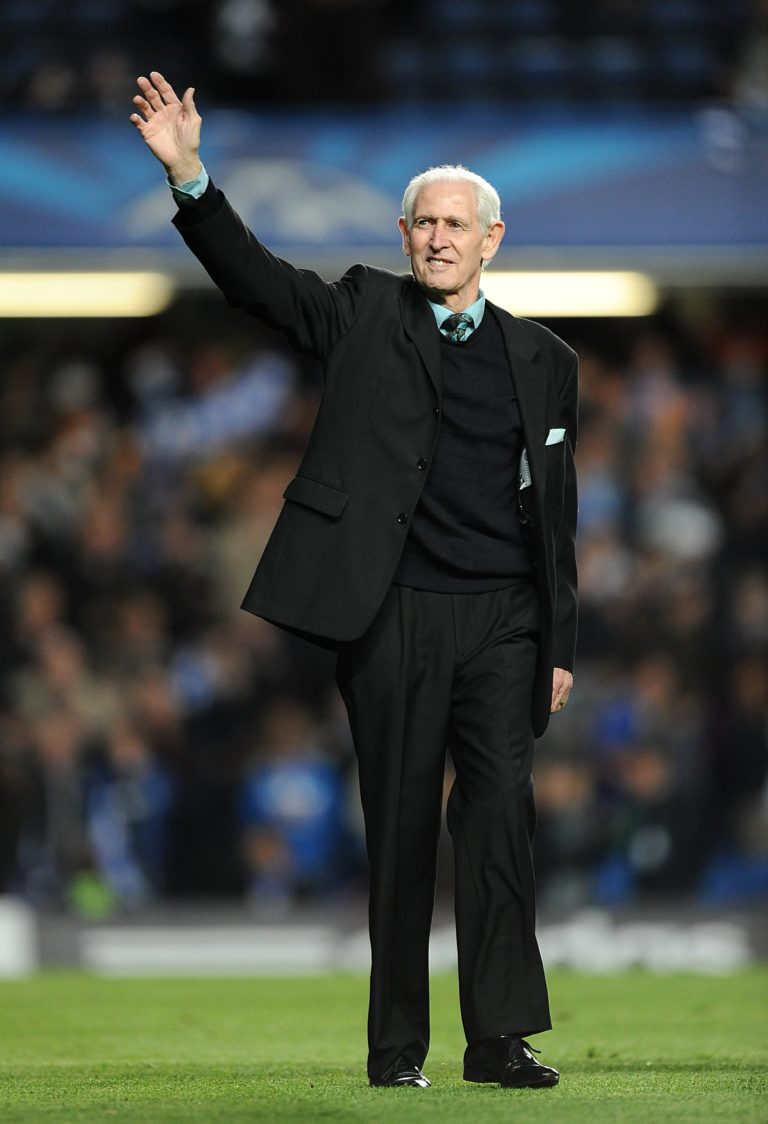 The former Blues goalkeeper acknowledges the crowd during a return to Stamford Bridge in 2014